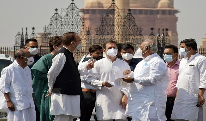 क्या CWC की बैठक से पहले कांग्रेस और G-23 के नेताओं के बीच बनी सहमति ? राहुल के साथ काफी दिख रहे हैं गुलाम नबी