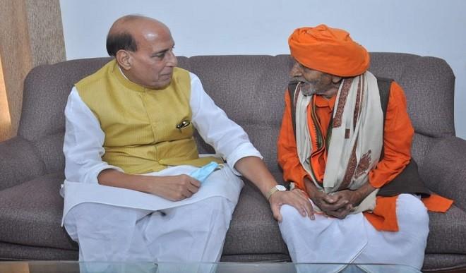 107 वर्षीय भाजपा कार्यकर्ता से मिले रक्षामंत्री राजनाथ सिंह, जनसंघ के समय से पार्टी से जुड़े रहे हैं